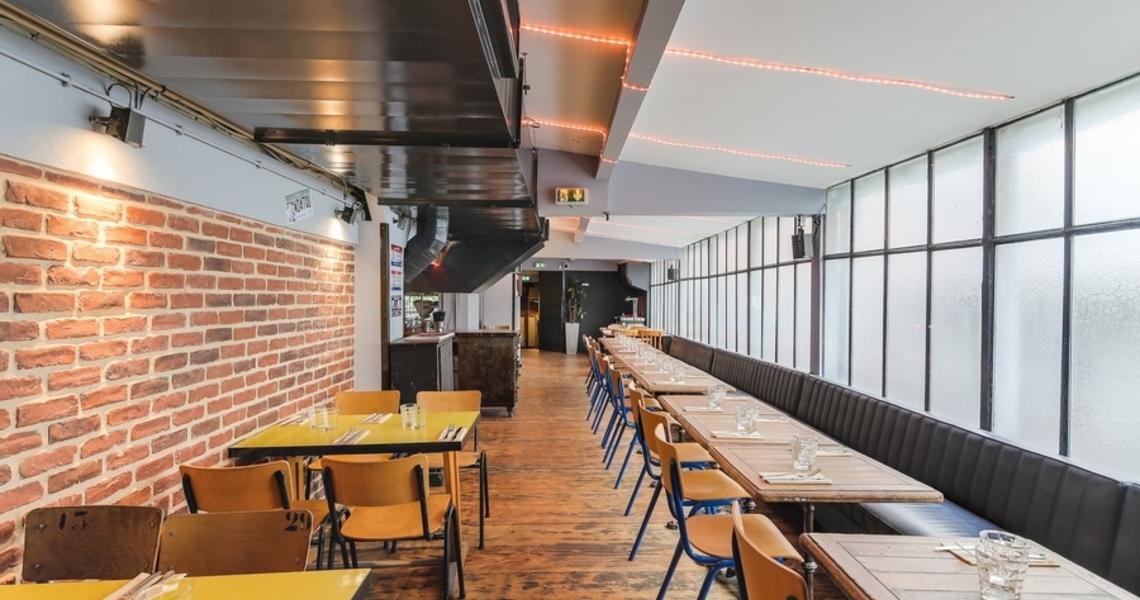 Restaurant branché à ambiance industrielle